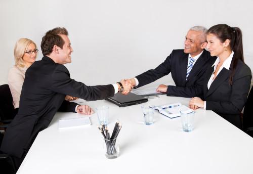 Партнёры по бизнесу ведут переговоры за столом