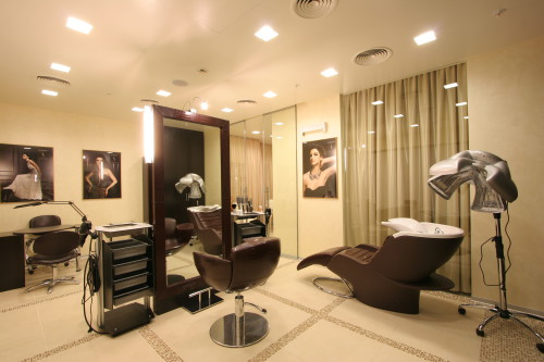 Рабочее, основное помещение салона красоты с оборудованием и мебелью
