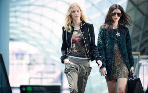 Девушки гуляют по торговому центру