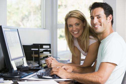Муж с женой за компьютером