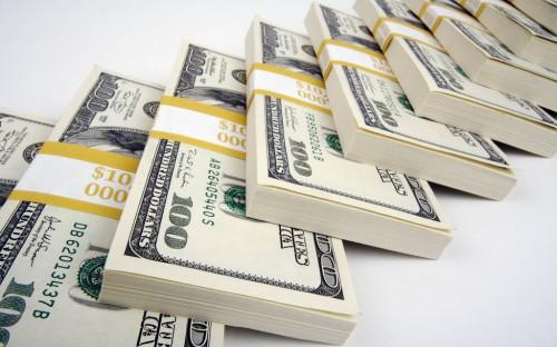 Доллары в пачках лежат на столе