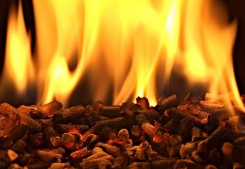 Огонь от горящих пеллет