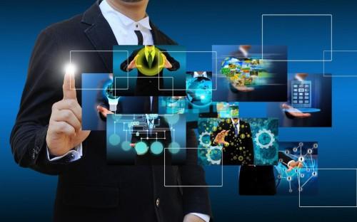 Мужчина через виртуальный стенд ищет технологии интернет-бизнеса
