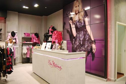Торговый зал небольшого магазина женской одежды
