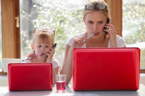 Мама и дочь грызут ручки, и ищут с помощью ноутбуков лучшие идеи бизнеса на дому
