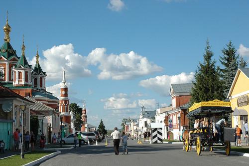 Центральная улица небольшого городка