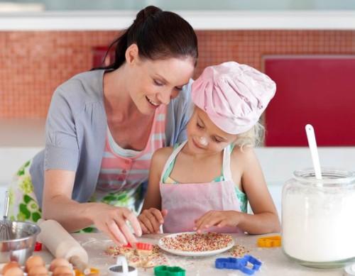 Мама и дочь пекут торт в домашних условиях