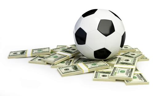 Футбольный мяч и доллары