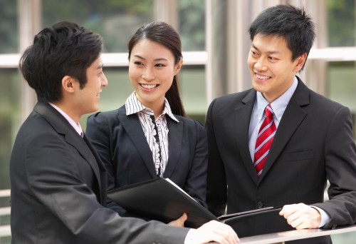 Молодые предприниматели в Китае совещаются по поводу открытия бизнеса