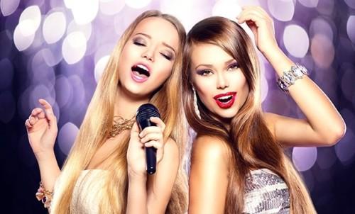 2 красивые девушки поют в караоке