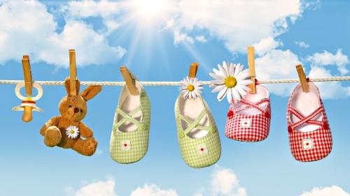 Детская обувь сушится на солнце