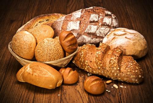 Хлебобулочные изделия, выпеченные в мини-пекарне, лежат на деревянном столе