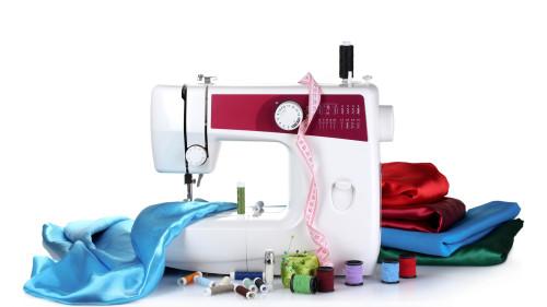 Швейная машинка, шёлковые ткани, нитки и линейка