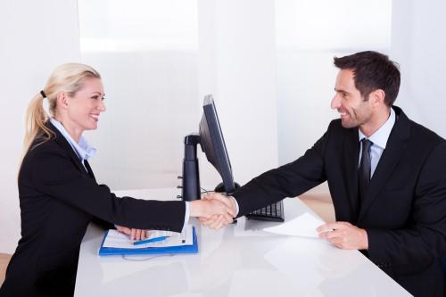 HR менеджер собеседует соискателя