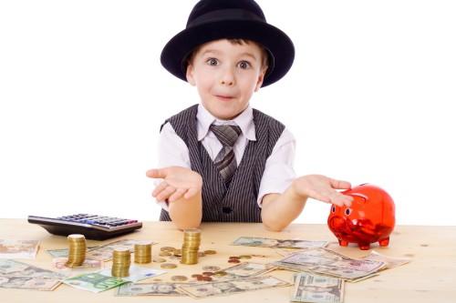 Подросток считает заработанные деньги