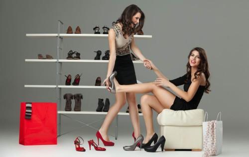Красивые девушки в магазине обуви