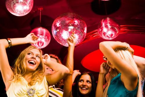 Девушки танцуют в ночном клубе