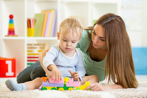 Няня на дому занимается с ребёнком