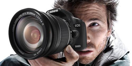 Мужчина делает фото объекта для дальнейшей продажи фотографии на фотостоке