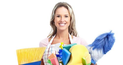 Женщина держит в руках моющие средства