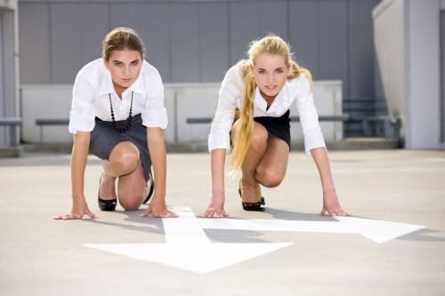 Две девушки на низком старте