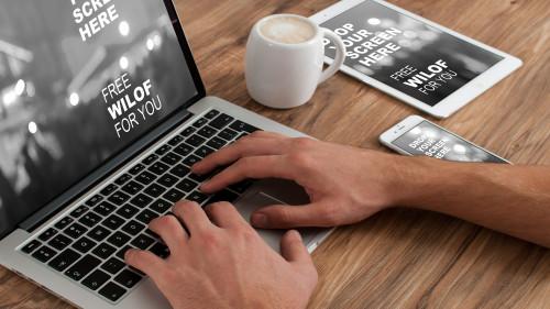 Ноутбук, телефон, планшет, чашка с кофе