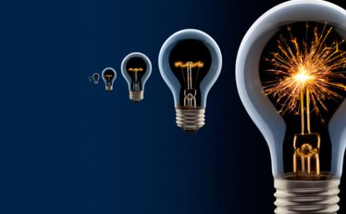 Обычные лампочки на синем фоне