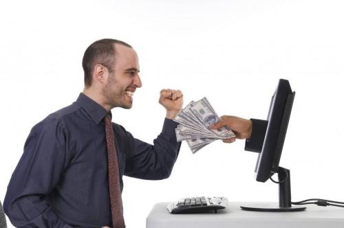 Деньги вылетают из экрана монитора