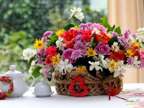 Цветы в корзине на столе