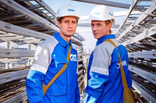 Работники Газпрома на фоне оборудования