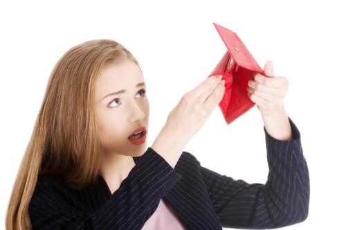 Девушка держит в руках пустое портмоне