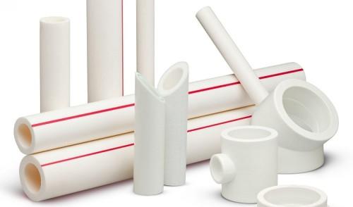 Белые пластиковые трубы разного диаметра