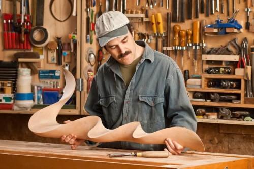 Мужчина изготавливает из дерева скульптуру