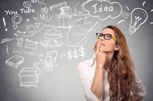 Девушка думает над идеей для своего бизнеса