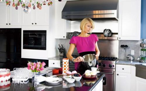 Домохозяйка на кухне готовит еду