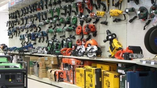Витрина с инструментами в магазине стройматериалов