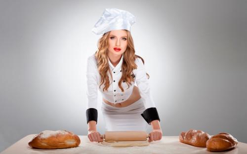 Красивая девушка кондитер готовит тесто для хлеба