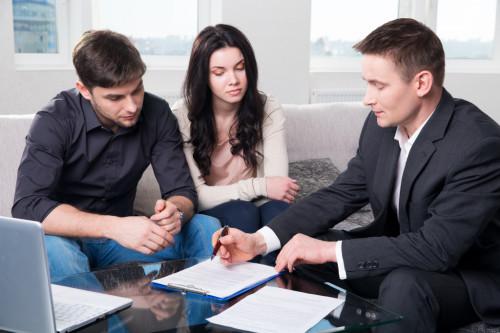 Сотрудник банка изучает бизнес план заёмщика
