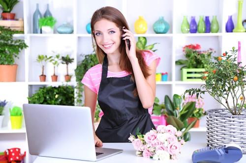 Девушка продавец в небольшом магазине цветов