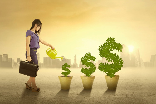 Девушка поливает деревья доллары