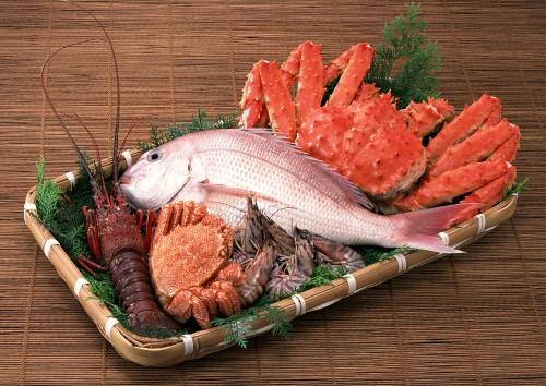 Поднос с рыбой, раком, креветками и крабами