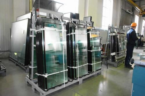 Стеклопакеты уложенные на поддонах в производственном помещении