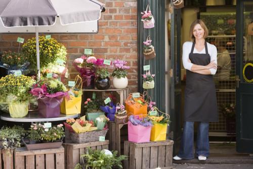 Девушка продаёт цветы в маленьком городе