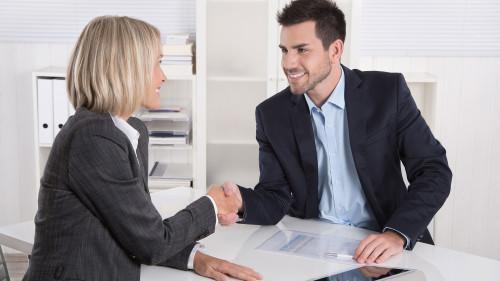 Продавец и покупатель жмут друг другу руки после совершения сделки по купле-продаже бизнеса