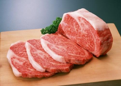 Нарезанное мясо на разделочной доске