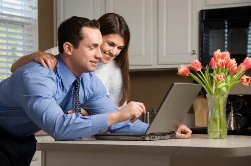Мужчина и женщина, с помощью ноутбука, ищут хорошие бизнес идеи без больших вложений
