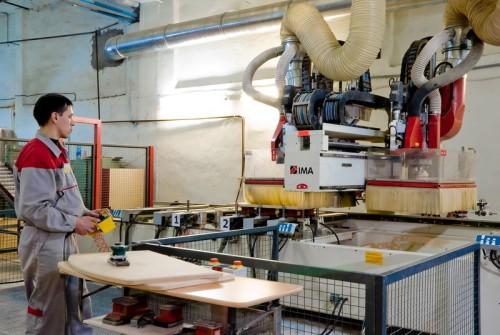 Мужчина работающий на небольшом производстве