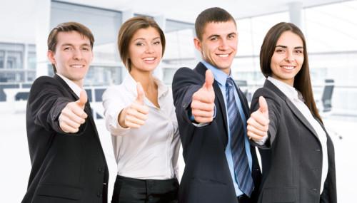 Довольные начинающие предприниматели открывшие свой успешный бизнес в кризис