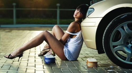 Девушка проколола колесо и ожидает приезда мобильного шиномонтажа