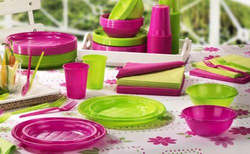 Пластиковая одноразовая посуда лежит на столе